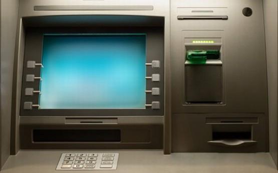 """Zasada działania oszustów była prosta: w tym samym czasie ze """"sklonowanej"""" karty dokonywali wypłaty za granicą i z oryginalnej w Trójmieście. Później zaś domagali się od banków odszkodowania za zrabowane im rzekomo pieniądze."""