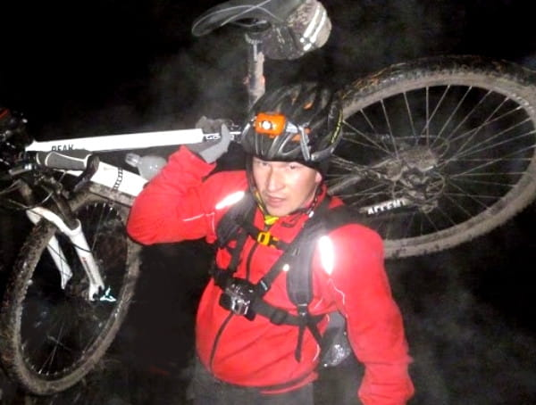 Migawki z rowerowej, nocnej przeprawy Szlakiem Trójmiejskim, przez koronę lasów trójmiejskich.