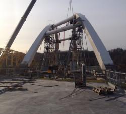 Wiadukt w ciągu ul. Nowej Wałowej nad linią kolejową. Pracownicy budowy z przymrużeniem oka mówią, że ciężko im budować ten obiekt, bo żaden element nie jest tu prosty.