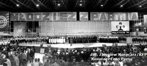 Zjazd młodzieży socjalistycznej. 4,5 tys. młodzieży z woj. gdańskiego przyjechało do hali Olivia, aby zamanifestować poparcie dla dokonań partii w przededniu VII Zjazdu PZPR. 2.12.1975 r.