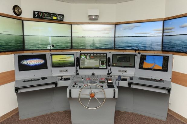 Unowocześniony mostek nawigacyjny na Akademii Marynarki Wojennej.
