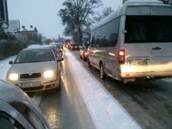 Sznur samochodów na ul. Kartuskiej w Gdańsku.