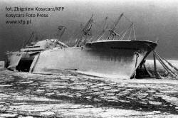 """M/s """"Władysław Broniewski"""" przymarznięty do falochronu w Gdyni. Z krą nie radziły sobie nawet najnowocześniejsze lodołamacze."""