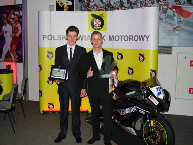 Jarosław Gęgniewicz (z lewej) z nagrodą od Polskie Związku Motorowego