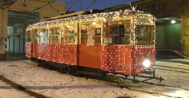 W zeszłym roku do przyozdobienia tramwaju użyto 150 metrów lampek choinkowych.