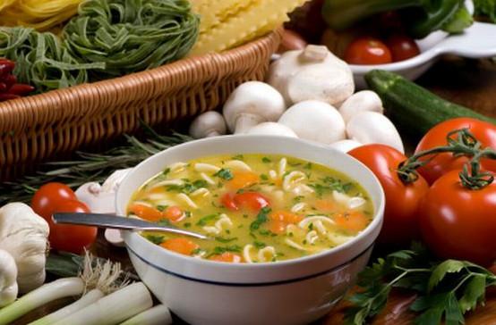 Jeśli chcemy oczyścić organizm, możemy skorzystać z różnych form diet oczyszczających - od łagodnej, np. w postaci dwudniowej diety warzywno-owocowej, do restrykcyjnej (głodówki).