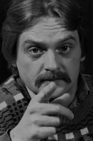 """Maciej Dunal przez 30 lat był solistą Teatru Muzycznego w Gdyni. Występował m.in. w """"Skrzypku na dachu"""" (jako Rebe) i w """"My Fair Lady"""" (jako Ambasador)."""