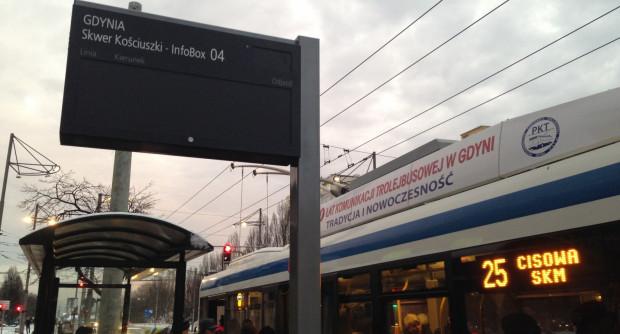 Tablice na przystankach mają ułatwiać podróżowanie komunikacją miejską.