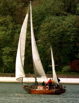 Jacht Bieszczady tuż po wyjściu z portu w Gdyni. Zdjęcie wykonane w 1998 roku, na dwa lata przez tragicznym zatonięciem jednostki.