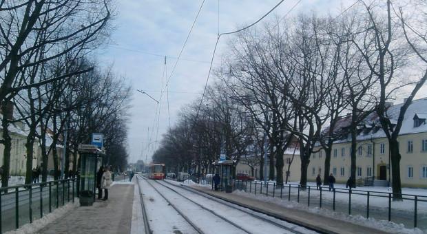 Zerwana trakcja wisi nad torami przy ul. Wojska Polskiego.