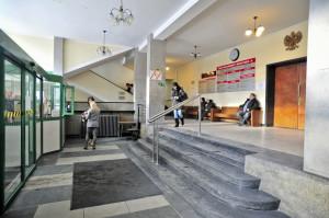 W budynku sądu już od wejścia na niepełnosprawnych czekają utrudnienia w postaci schodów. Dalej jest równie trudno.