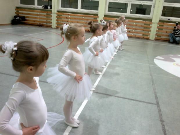 Taniec może być tylko jedną z wielu form zajęć dodatkowych dla naszych pociech. Ale warto się jej przyjrzeć, bo to wyjątkowa możliwość rozwoju fizycznego i artystycznego.