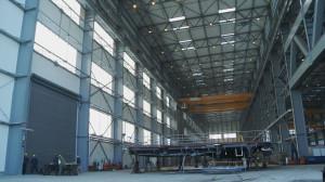 Dzięki dużym rozmiarom hali spółka może realizować na jej terenie wiele dużych kontraktów jednocześnie.