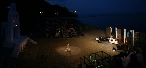 """Pierwsze miejsce w konkursie """"Nordea Foto – Scena Letnia w obiektywie"""" w klasyfikacji amatorów otrzymał Ian Klemp za zdjęcie z przedstawienia """"Zorba""""."""