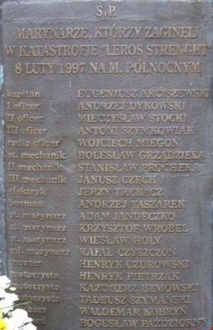 """Na Cmentarzu Witomińskim w Gdyni znajduje się symboliczna mogiła marynarzy zaginionych podczas katastrofy statku """"Leros Strength""""."""