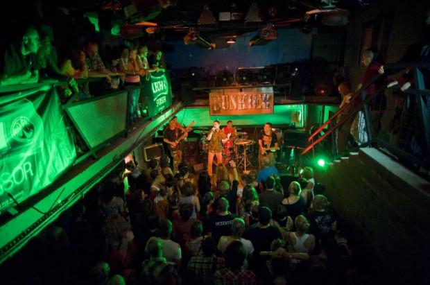 Podczas piątkowej imprezy CarnaBalle w klubie Bunkier zespół Uniqueplan dzielić będzie scenę z didżejem.
