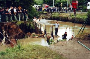 Skutki powodzi na Oruni w 2001 r. Przerwany wał Kanału Raduni.