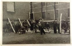 Prace porządkowe na terenie szkoły w 1945 roku.