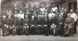 Grono nauczycieli i grupa absolwentów. Fotografię wykonano w 1948 r.