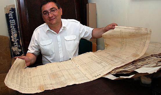 Piotr Mazurek z odnalezionymi gdańskimi dokumentami celnymi z 1930 roku.
