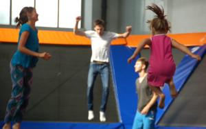 Zabawa w parku trampolin dla maluchów od 6 lat polega na solidnej dawce zdrowego ruchu, skakaniu i bieganiu po trampolinach.