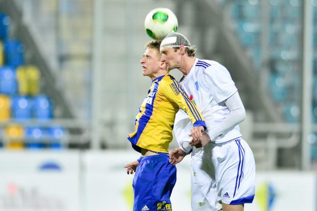 Mateusz Szwoch kapitalnym golem zdobytym w 81 minucie zza pola karnego dał żółto-niebieskim zwycięstwo 2:1. Na zdjęciu pomocnik Arki w pojedynku z Pawłem Magdoniem.