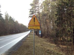 Znak ostrzegający kierowców o promieniowaniu wodnym na rogatkach miejscowości Czarna Woda. Zdjęcie wykonane w połowie lutego tego roku.