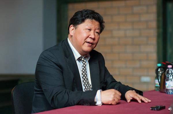 Keqing Liu, największy chiński baryton, równolegle z karierą wokalną od lat prowadzi jedną z najbardziej znanych w Chinach oraz w Niemczech agencji muzyczno-impresaryjnych, z siedzibą w Pekinie i Berlinie. Jest też producentem wielkich wydarzeń muzycznych oraz reżyserem operowym w Chinach.