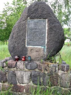 """Pomnik poświęcony ofiarom wypadku jachtu """"Poświst"""" stoi na terenie Twierdzy Wisłoujście w Gdańsku."""
