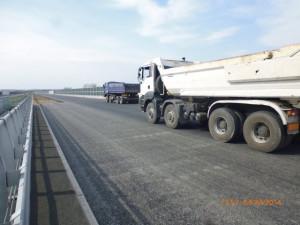 Próby obciążeniowe wiaduktu autostradowego w rejonie Kowala.