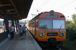 Jedynymi pociągami SKM skonstruowanymi pod ruch miejski są EW58, które jednak nie są już eksploatowane liniowo. Nz. EW58 na jeszcze niezmodernizowanym przystanku we Wrzeszczu.