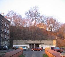 Betonowy schron z okresu wojny, zapewne połączony z podziemnymi schodami na Biskupią Górkę.