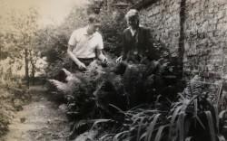 Pielęgnacja roślin w szkolnym ogrodzie.