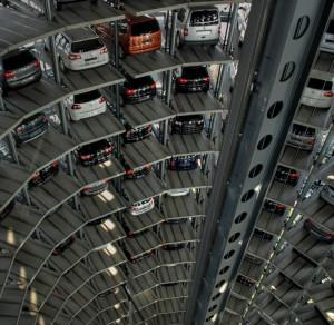 """Podobne konstrukcje działają już na świecie. Na zdjęciu parking w niemieckim Wolfsburgu, niedaleko fabryki Volkswagena w motoryzacyjnym parku rozrywki o nazwie """"Autostadt""""."""