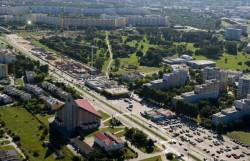 """W latach 1946-48 powstała m.in. nowa betonowa droga startowa, czyli to, co mieszkańcy do dziś nazywają """"pasem startowym"""", choć oficjalnie jest to aleja Jana Pawła II. Dziś powstają tu kolejne budynku, a część terenu wykorzystywana jest jako parkingi."""