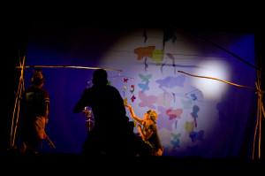 Spektakl wykorzystuje proste środki (na przykład do ukazania motyli), działające na wyobraźnię nie mniej niż bardzo popularne obecnie animacje i projekcje wideo.