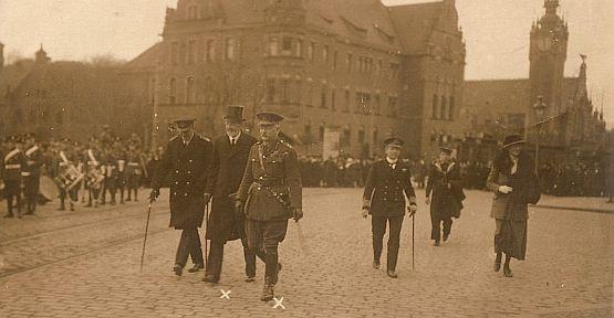 Od lewej (postacie oznaczone krzyżykami) Sir Reginald Tower, pełnomocnik Głównych Mocarstw Sprzymierzonych i Stowarzyszonych oraz generał Richard Haking, głównodowodzący wojskami alianckimi (późniejszy Wysoki Komisarz Ligi Narodów w Gdańsku).