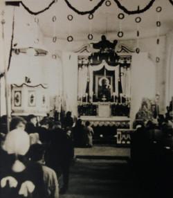 Z kolei na tym zdjęciu w centrum głównego ołtarza znajduje się obraz Matki Bożej. Widoczna jest również nieistniejąca już dziś drewniana ambona.