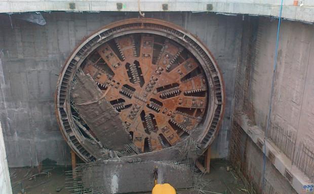 Maszyna TBM tuż po tym, jak przewierciła się przez kończącą tunel ściankę szczelinową.
