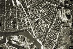 Przed wojną zabudowa wielu miast była skrajnie ściśnięta, a za pięknymi fasadami kryły się oficyny o niskim standardzie. Nz. przedwojenne Śródmieście Gdańska.