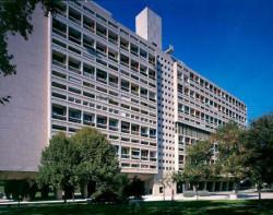 Tzw. Jednostka Marsylska w Marsylii - jeden z kilku budynków, które miały stanowić wzorzec dla wszystkich realizowanych bloków w oparciu o Kartę Ateńską. Budynek, zbudowany w latach 1947-1952, wsparty jest na słupach, a na dachu znajduje się taras widokowy. W budynku przewidziano też m.in. świetlice, przedszkole, sklepy oraz pomieszczenia opieki medycznej.
