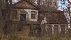 Nieremontowany przez lata stał się ruiną. Zdjęcie wykonano jesienią 2011 r.