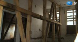 Po wykwaterowaniu mieszkańców zabezpieczono stropy dworu.