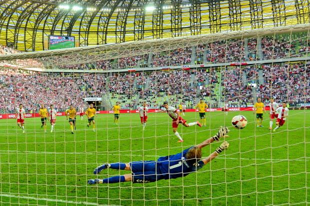 Robert Lewandowski strzela zwycięskiego gola w meczu z Litwą.