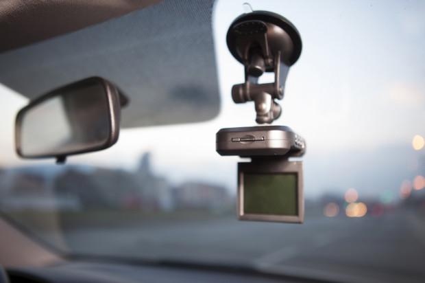 Coraz więcej kierowców inwestuje w samochodowe kamerki.