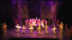 """W spektaklu wystąpił cały zespół Teatru Muzycznego. Niektóre piosenki, jak """"Gościem bądź"""" z musicalu """"Piękna i Bestia"""" (na zdjęciu) na potrzeby """"Korwinaliów"""" zostały przearanżowane."""