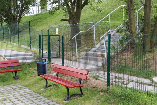 Drut ostrzowy (odmiana drutu kolczastego) pojawił się na części ogrodzenia, tuż przy furtce, którą można przejść do przedszkola, a dalej na osiedle Lawendowe Wzgórza.