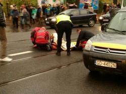 Akcja ratowników po potrąceniu na przejściu 21-latka.