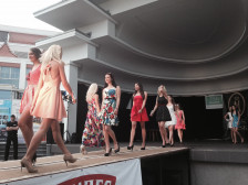 W pierwszym występie kandydatki zaprezentowały się w sukienkach letnich.