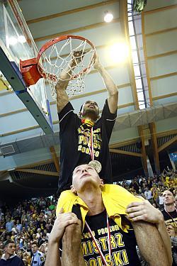 Asseco Prokom Gdynia i Trefl Sopot dzielą się tytułami zdobytymi przez wszystkie lata koszykówki w Sopocie. Czy ustalono także dokąd trafi siatka obcięta z kosza po zdobyciu ostatniego tytułu?